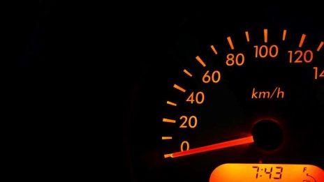 Widmo ograniczenia prędkości na polskich drogach coraz bardziej realne